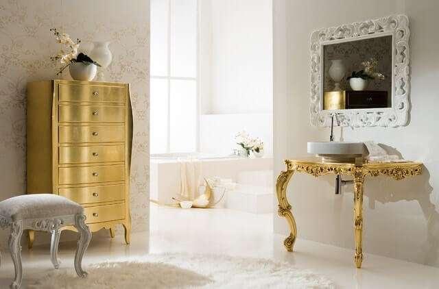 итальянская мебель для ванной комнаты в классическом стиле: пенал, стойка для раковины и пуф