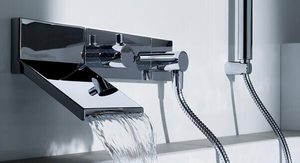 Лучше всего универсальный смеситель смотрится в ванной с небольшими размерами