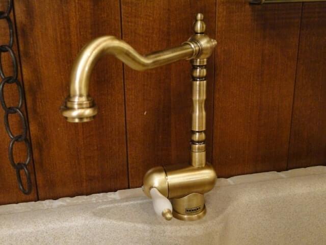 Внутри смесителя под умывальник имеется картридж, который обеспечивает смешение горячей и холодной воды