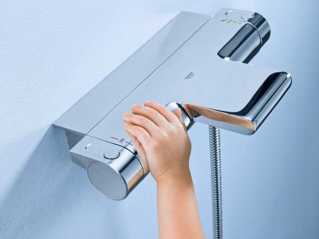 смеситель со встроенным термостатом имеют ряд преимуществ перед другими смесителями для ванных комнат