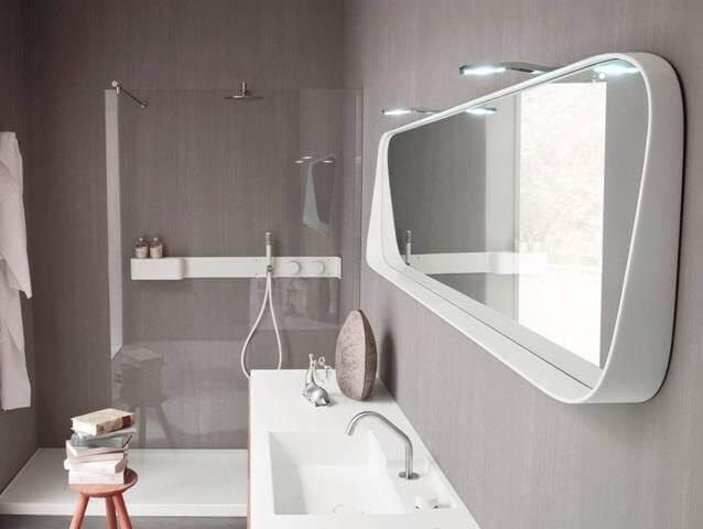 Зеркало – универсальный предмет интерьера в ванной комнате